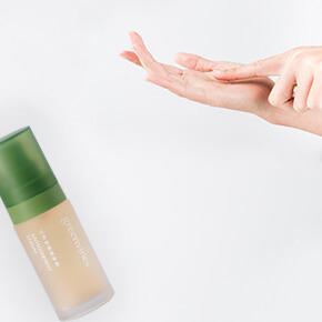 補充營養需先從水相營養開始。化妝水、精華露都含有豐富的水相營養,如維生素 B、胺基酸等保濕修護因子;但由於水相營養較容易散失,「補好補滿」就是維持肌膚彈性與光澤的關鍵。
