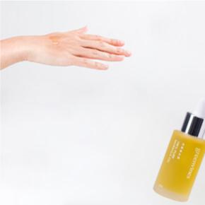 美容油含有豐富的油相營養,也是負責執行「油封鎖水」、「滲透補油」兩大功能的角色。除了幫助鎖住前面的水相營養,由於肌膚細胞間隙的親脂性,使用油相營養,更能讓營養精華深入滲透至肌膚底層。